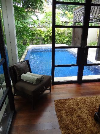 โรงแรมวิลล่า เดอ ดอน: Inside looking out to the pool