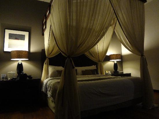 โรงแรมวิลล่า เดอ ดอน: Bed at night