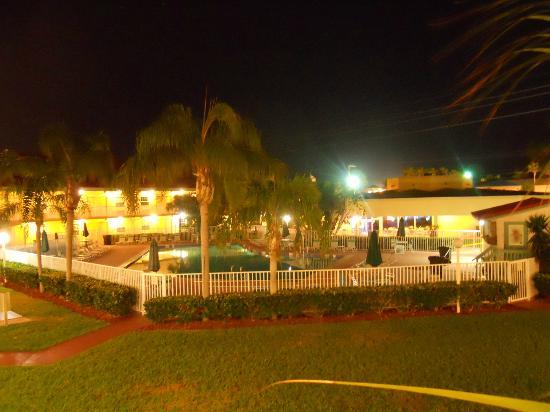 La Quinta Inn Cocoa Beach: Pool area at night.
