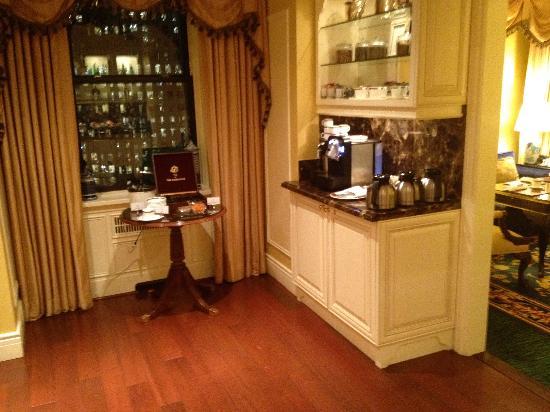 โรงแรม เดอะ แฟร์มอนท์ แวนคูเวอร์: Fairmont Gold Lounge - tea/coffee area