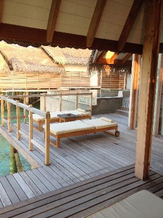 จูเมราห์ วิททาเวลี: outside deck and pool