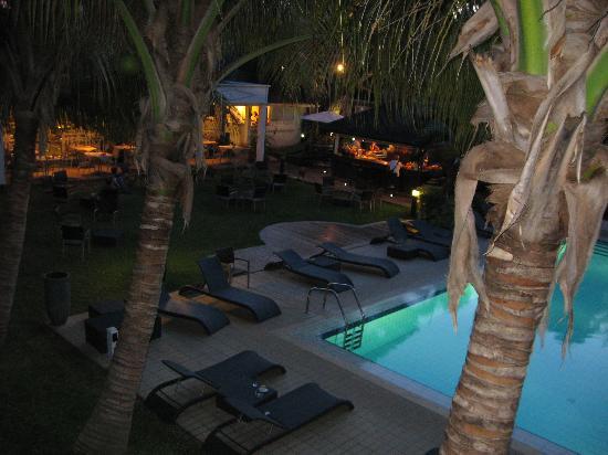 Alamanda Hôtel : de nuit vue sur le restau et le bar