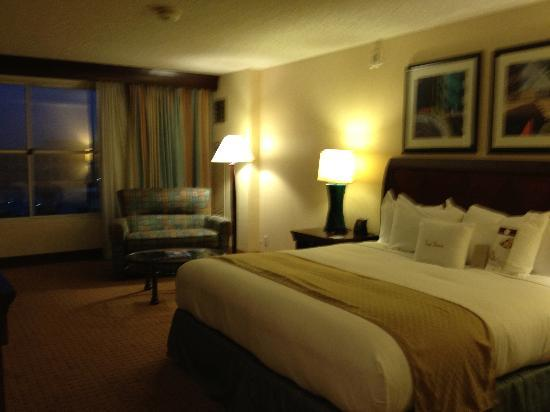 DoubleTree by Hilton Modesto: Room 910 Bed
