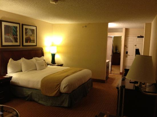 DoubleTree by Hilton Modesto: Room 910 Bedroom