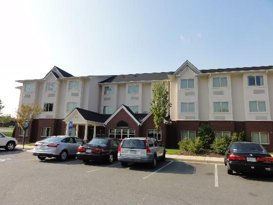 Microtel Inn & Suites by Wyndham Woodstock/Atlanta North: The Hotel from outside