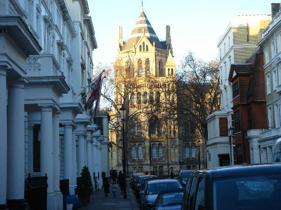 The Gallery Hotel: A view from the hotel entrance towards the Natural History Museum