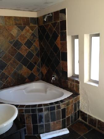 Cape Diamond Hotel: pretty bathroom just needed some TLC.