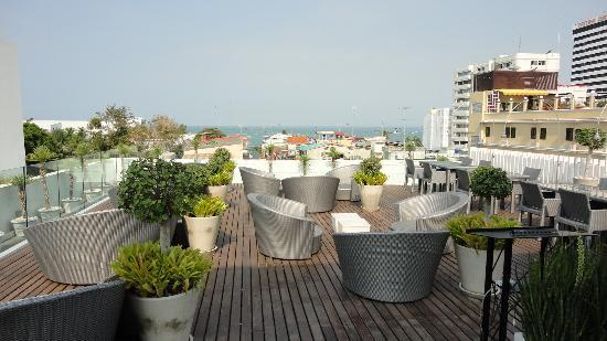 Hotel Baraquda Pattaya - MGallery by Sofitel: Sunset lounge on roof