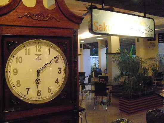 SakulchaiPlace Hotel: Beautiful clock in lobby