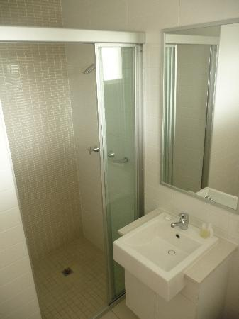 Cabarita Lake Apartments: Studio Apartment Bathroom