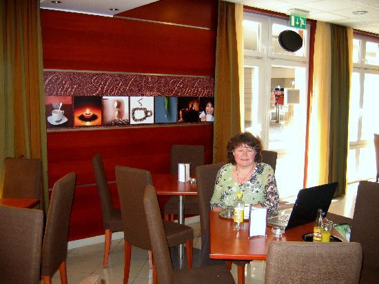 City Hotel Budapest Tarashaz: Frühstücksraum und Lounge des City Hotel Budapest mit WLAN Empfang
