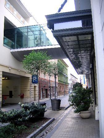 City Hotel Budapest Tarashaz: Das mittlere der Gebäude auf der linken Seite, nach der Parkhauseinfahrt,  ist das City Hotel
