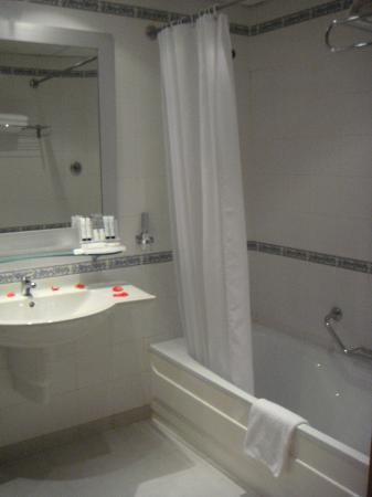 Marina Hotel Corinthia Beach Resort: Lovely and large bathroom