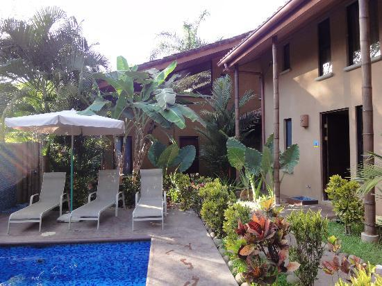 Tamarindo Blue Apartments: garden walkway to room