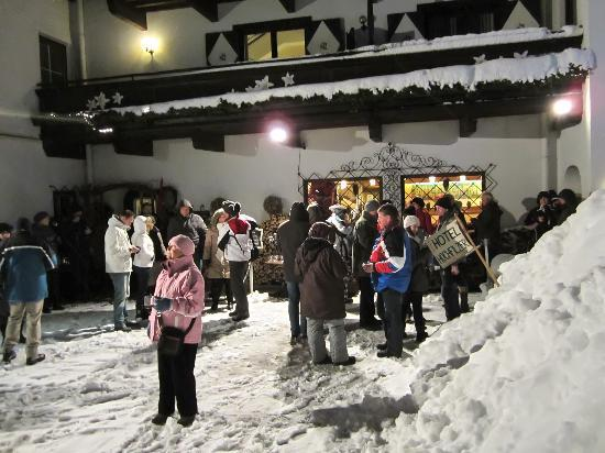 AktivHotel Hochfilzer: Ingrid Hochfilzer with the guests going to the skifest