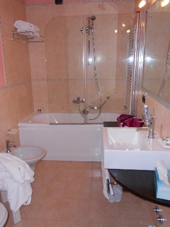 Hotel Marzia: bagno con idromassaggio...