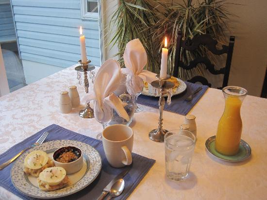 Ocean House Bed and Breakfast: Candle lit breakfast