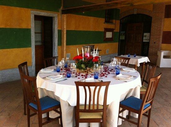 Morimondo, Włochy: mangiando sotto il portico...