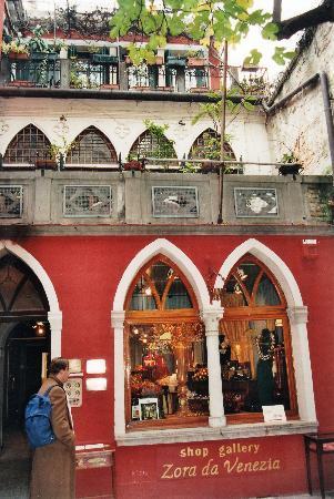 Palace Bonvecchiati: kleine Läden im Hinterhof