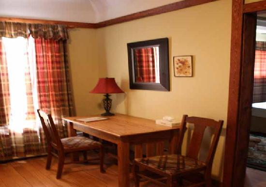Country Encounters Accommodations: Arts and Crafts room