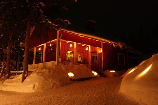 Kiruna Guidetur - Day Trips: the cabins at night