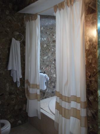 Island Village Apartments: Jacuzzi bath - Room 128B