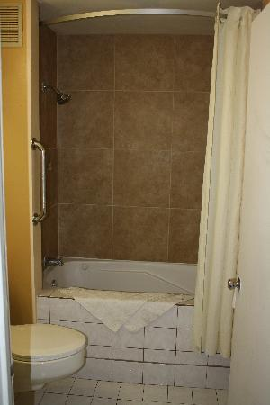 Super 8 Redlands/San Bernardino: ROOMS WITH BATHTUB/SHOWER