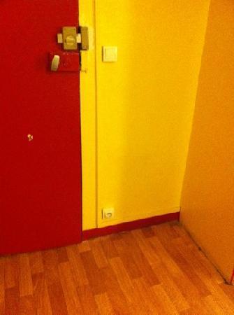 Hotel du Commerce: room door