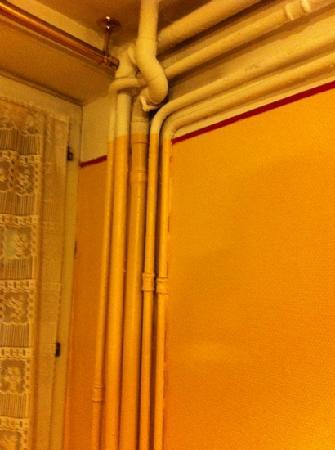 Hotel du Commerce: pipes on the room!
