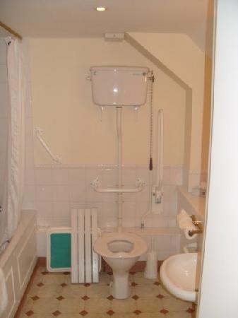 Best Western Plus Old Tollgate Hotel: disabled bathroom in Room 215