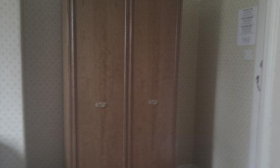 Comfort Inn Chester: Wardrobe
