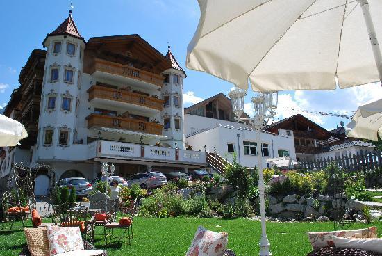 Hotel Sonnenhof - St Vigil in Enneberg, Dolomiten: l'hotel visto dal giardino sul retro