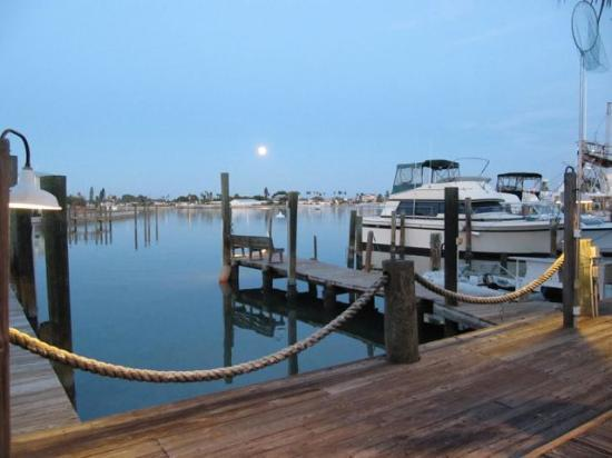 Snug Harbor Inn: Moon over the harbor at Snug Harbor