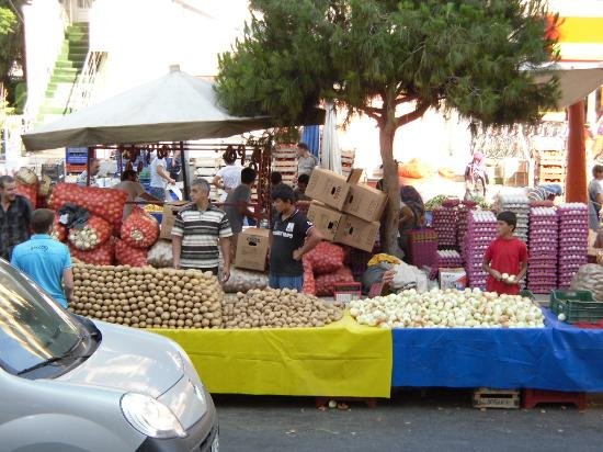 Dabaklar Hotel: market in the center