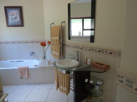 Sunbirds B & B: Badezimmer mit großer Glasdusche
