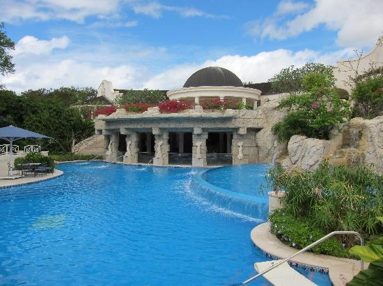 Sandy Lane Hotel: Gorgeous pool and spa at Sandy Lane