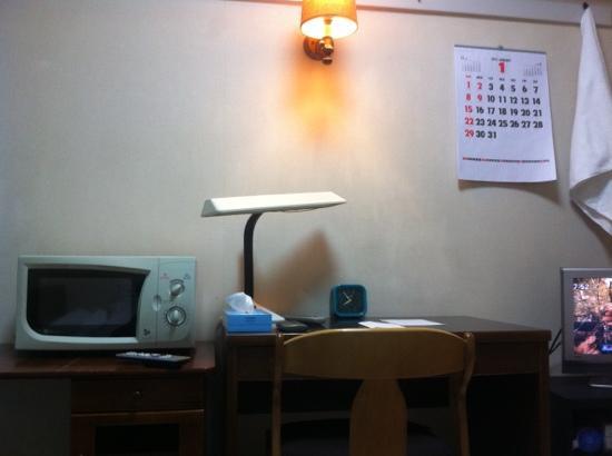 Impact Hirosemachi 1: 机二つとテレビ