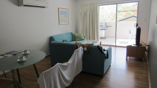 Shoal Bay Beach Club Apartments: living room