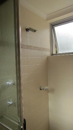 Shoal Bay Beach Club Apartments: Shower