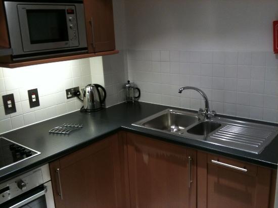 Cuisine avec lave vaisselle, lave linge, frigo, congel ...