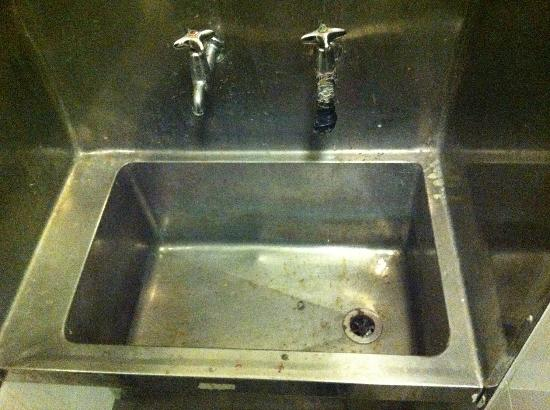 Base Auckland Central Backpackers : dirty big steel sinks