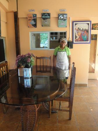Hotel Los Cisneros: Maria quien sirve deliciosos desayunos