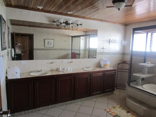 Casa Laurin B&B: Our Bathroom - Vanity-Tub/Shower