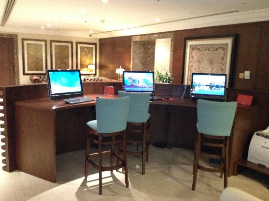 Sheraton Khalidiya Hotel: Sheraton Khalidiya computers for guests in lobby