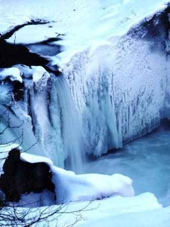The Whistler Train Wreck Trail : The Frozen Cheakamus River at Whistler Train Wreck