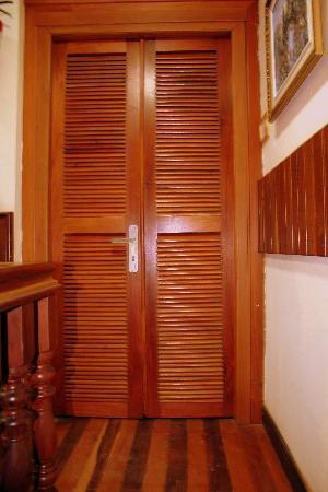 Aqua Boutique Guesthouse: Interior- Polished word door & floor
