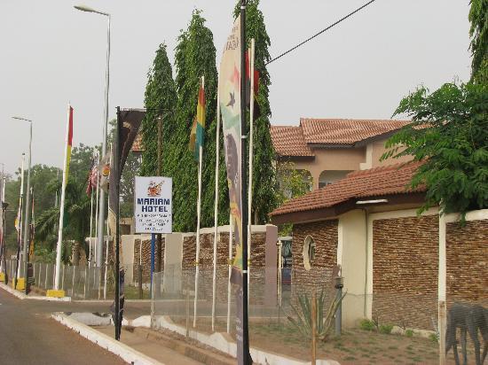 Tamale, غانا: Mariam Hotel - Streetside