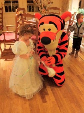 Disneyland Hotel: tigger at dinner