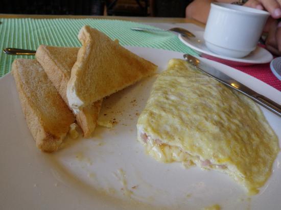 ‪‪Subic Park Hotel‬: Free breakfast:  Ham and Cheese Omelet‬