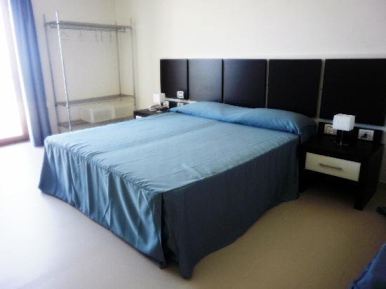 Buddi Hotel : un grande letto